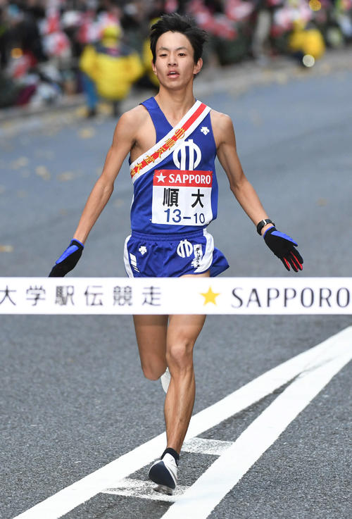 8位でゴールする順大10区鈴木(撮影・山崎安昭)