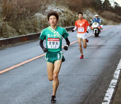 6区芦之湯手前を6位で通過する青学大・小野田。後方は拓大・硴野