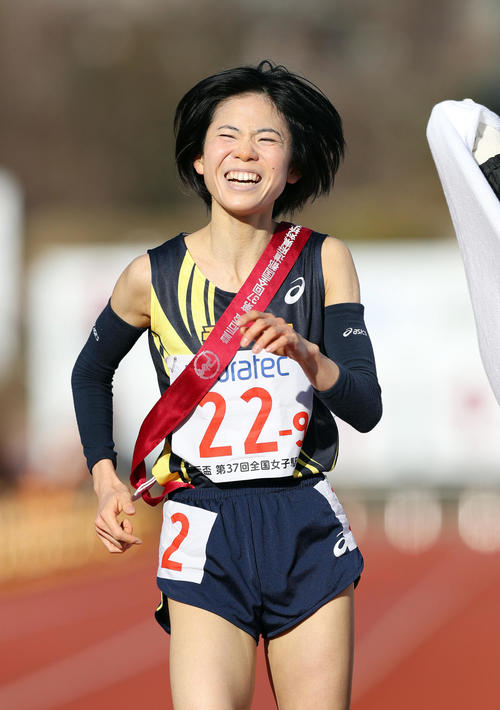 1位でゴールし、笑顔を見せる愛知のアンカー鈴木亜由子(撮影・前田充)