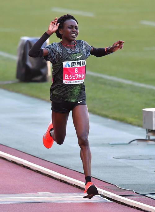 大阪国際女子マラソン 3着でゴールするB・ジェプキルイ(撮影・上田博志)