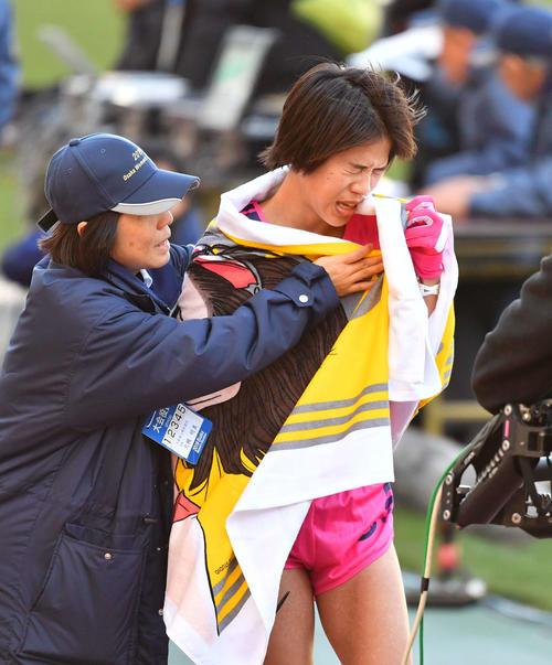 大阪国際女子マラソン 日本人トップの2着でゴールする小原怜(撮影・上田博志)