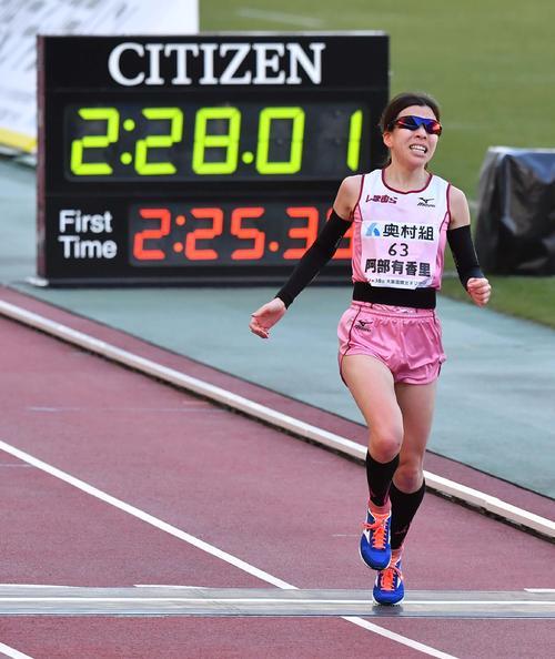 大阪国際女子マラソン 5位でゴールする阿部有香里(撮影・上田博志)