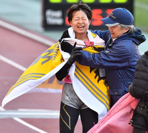 大阪国際女子マラソン 6位でゴールする田中華絵(撮影・上田博志)