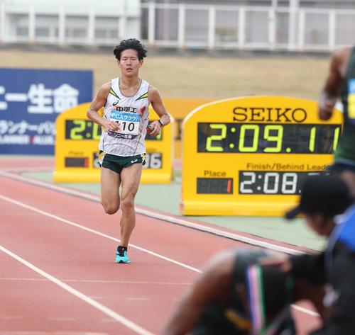 総合4位、日本人1位でゴールした二岡康平(撮影・梅根麻紀)
