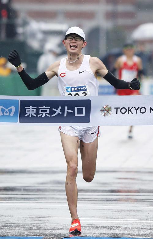 2時間10分21秒の男子日本人1位でゴールする堀尾(撮影・河田真司)