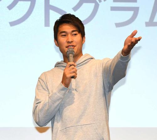 東京五輪のスポーツピストグラムを発表会で思いを語る陸上飯塚(左)と空手清水(撮影・山崎安昭)