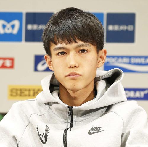 落ち着いた表情で一点を見つめ、東京マラソン2019の会見に臨む大迫(2019年3月1日撮影)