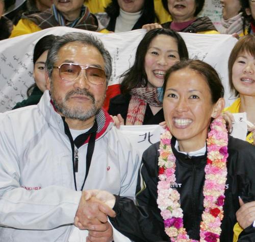 07年、小出義雄監督と有森裕子さん(右)