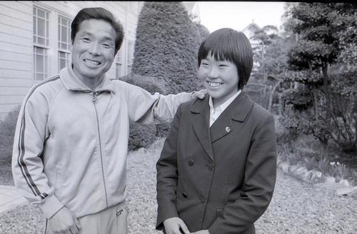 1982年、マラソン日本歴代3位をマークした佐倉高・倉橋尚巳の肩に手をやる小出義雄さん(左)
