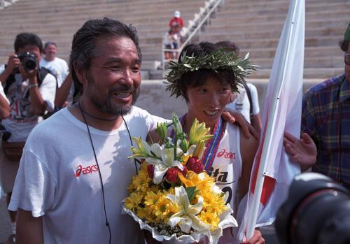 1997年8月9日、世界陸上アテネ大会女子マラソンで優勝した鈴木博美と積水化学の小出義雄監督