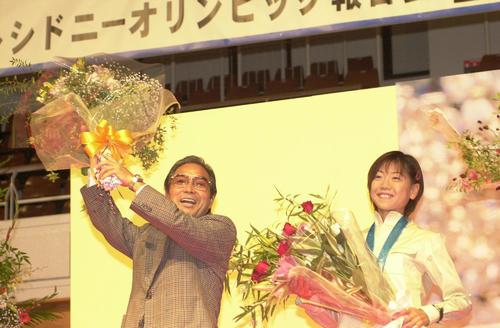 2000年10月7日、「第10回あっぷるマラソン」優勝報告会の小出義雄監督(左)と高橋尚子