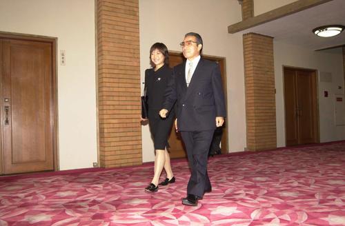 2000年10月30日、国民栄誉賞授賞式のために官邸入りする小出義雄監督と高橋尚子(代表撮影)