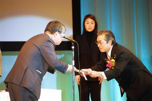 2001年1月18日、毎日新聞社社長から表彰されるマラソンの小出義雄監督