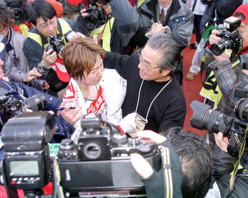 2001年1月28日、大阪国際女子マラソン大勢の報道陣に囲まれる中、小出義雄監督(右)から祝福を受ける渋井陽子