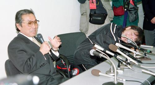 2001年2月4日、丸亀ハーフマラソンの会見の席上、小出義雄監督(左)から「昨日も一昨日も夜になるとメソメソ泣いていたんだ」と裏話を暴露されドテとテーブルに倒れ込む高橋尚子