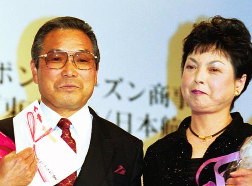 2001年4年15日、ナイス・カップル賞を受賞した小出義雄監督(左)と啓子夫人