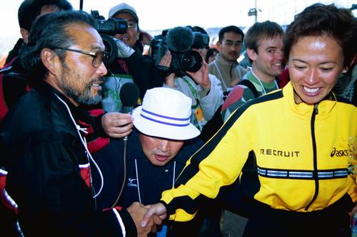 2001年11年18日、東京国際女子マラソンで小出義雄監督(左)と握手をする有森裕子