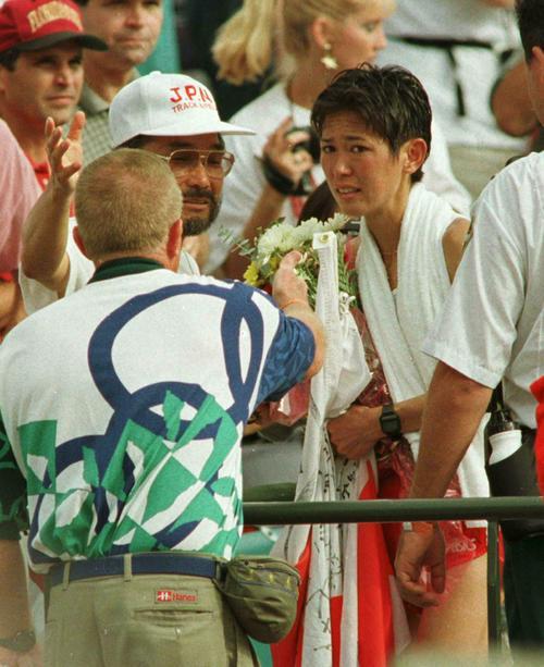 1996年7月28日、アトランタ五輪女子マラソンで銅メダルを獲得した有森裕子(右)をスタンドで祝福する小出義雄監督