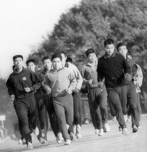 64年12月5日、小出義雄主将(中央)を先頭に、箱根駅伝の上位入賞を目指し練習をする58年初参加の順大チーム