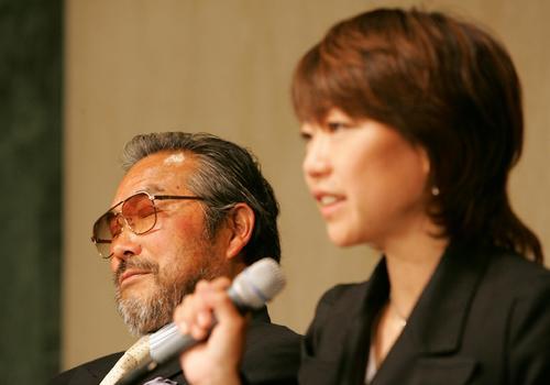 2005年5月9日、高橋尚子独立会見で目を閉じながら話を聞く小出義雄代表