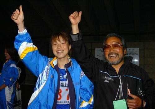 05年6月2日、日本選手権女子1万メートルで4位入賞を果たし世界陸上での代表を確実にした宮井仁美(左)はSAC小出義雄監督と大喜び