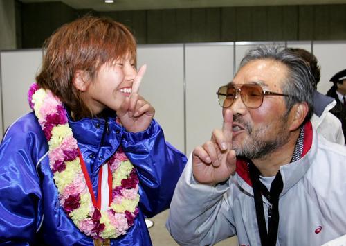 2007年2月、東京マラソンで優勝した新谷仁美ははしゃぎ過ぎの小出監督と一緒に「シーッ!」とおどける