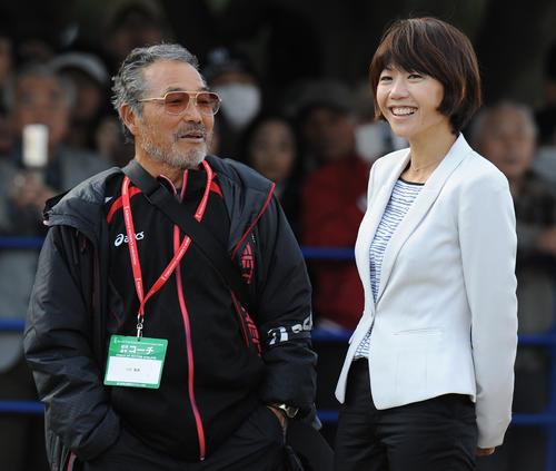 2013年11月17日、横浜国際女子マラソンのミックスゾーンで談笑する小出義雄監督(左)と高橋尚子氏