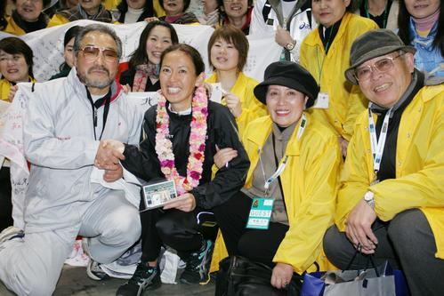 2007年2月18日、東京マラソンで有森裕子は恩師小出義雄監督(左)、父有森茂夫さん、母有森広子さんと記念写真