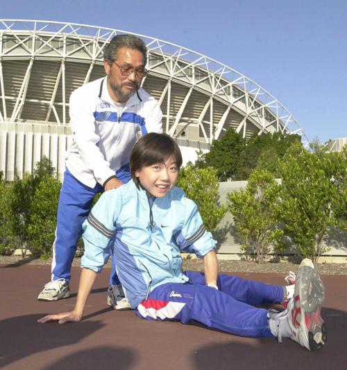 2000年5月18日、オリンピックスタジアム前で小出義雄監督とともにストレッチする高橋尚子