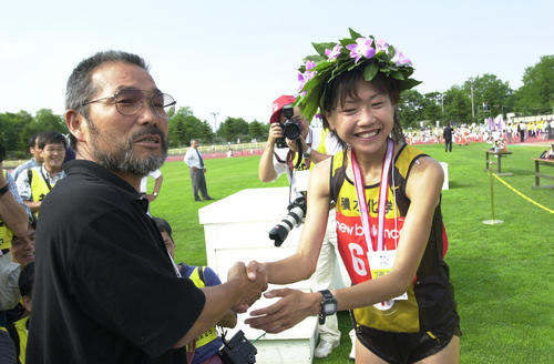 2000年7月2日、第43回札幌国際ハーフマラソン女子優勝の高橋尚子(右)と握手する小出義雄監督