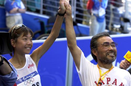 2000年9月24日、シドニー五輪女子マラソンで金メダルを獲得した高橋尚子(左)の手を高々と掲げ、満面の笑みを見せる小出義雄監督