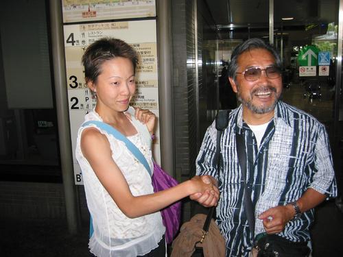 パリのマラソンコース視察から帰国した千葉真子さん(左)と小出義雄さん(2003年6月27日撮影)