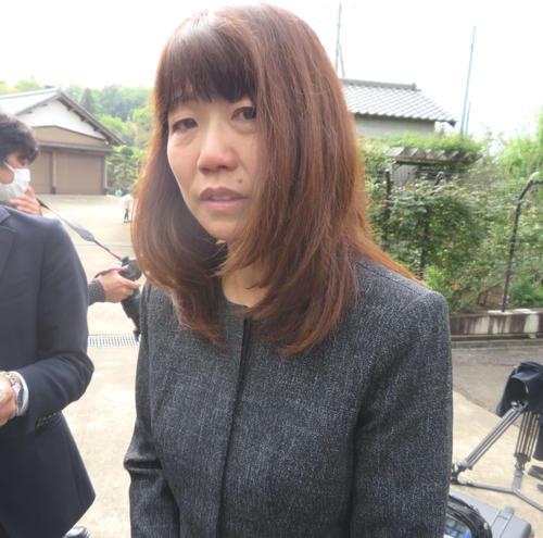 弔問した後、涙ながらに話す高橋尚子さん