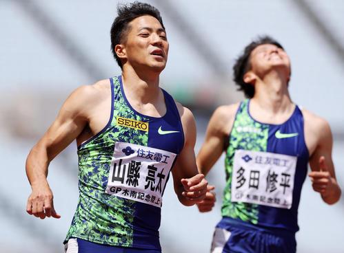 10秒21で優勝した山県。右は敗れて悔しがる多田(撮影・前田充)
