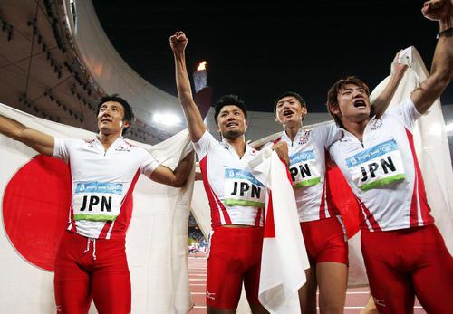 北京五輪男子400mリレー決勝で3位に入った日本チーム。左から朝原宣治、末続慎吾、高平慎士、塚原直貴(2008年8月22日撮影)