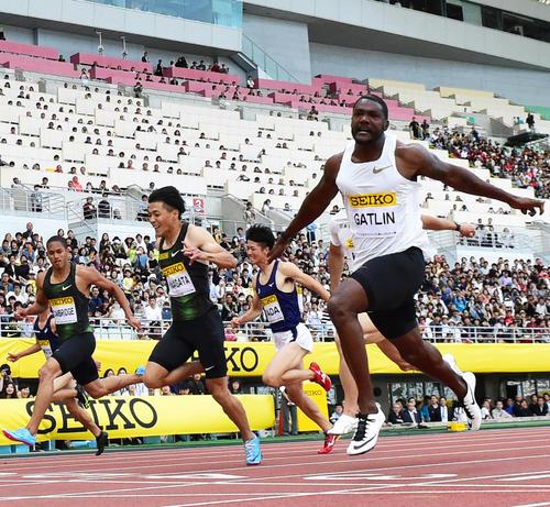セイコーGGP陸上2018大阪男子100m決勝 10秒06で1着となるガトリン(右)、2着は山県亮太(左から2人目)(2018年5月20日撮影)
