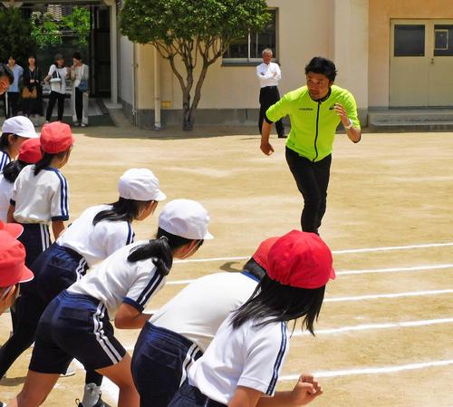 生徒に走り方を指導する末続慎吾(撮影・松本直也)