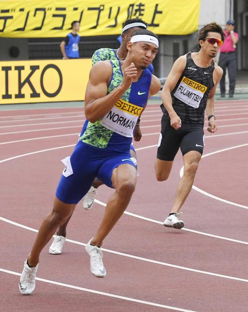 男子200 メートル  19秒84で優勝したマイケル・ノーマン(左)(共同)
