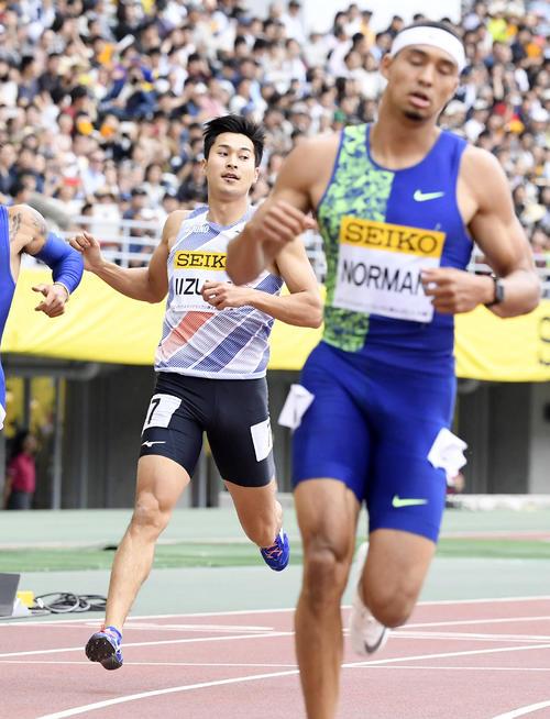 男子200 メートル  ゴールする6位の飯塚翔太。手前は優勝したマイケル・ノーマン(共同)