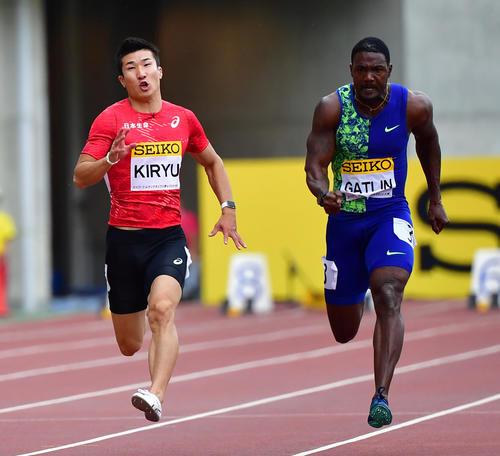 セイコー・ゴールデングランプリ大阪 男子100メートル レースで競る桐生(左)とガトリン(撮影・清水貴仁)