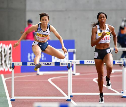 女子400メートル障害 57秒31で日本人最上位となる5位でゴールする宇都宮絵莉(左)(撮影・清水貴仁)