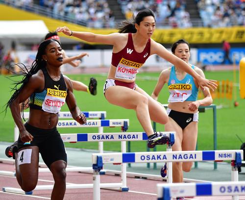 女子400メートル障害 57秒45のパーソナルベストで6位となる小山佳奈(中央)(撮影・清水貴仁)