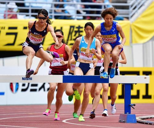 女子3000メートル障害 10分12秒12で石沢ゆかり(左)が優勝する(撮影・清水貴仁)