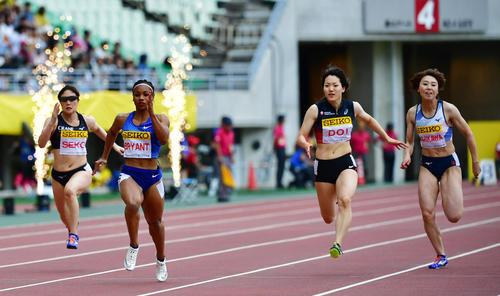 女子100メートル 11秒72で5位となる土井杏南(右から2人目)(撮影・清水貴仁)