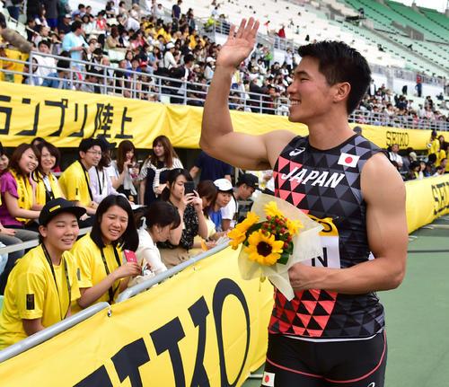セイコー・ゴールデングランプリ大阪 男子400リレー 優勝し笑顔で手を振る第3走者の小池祐貴(撮影・清水貴仁)