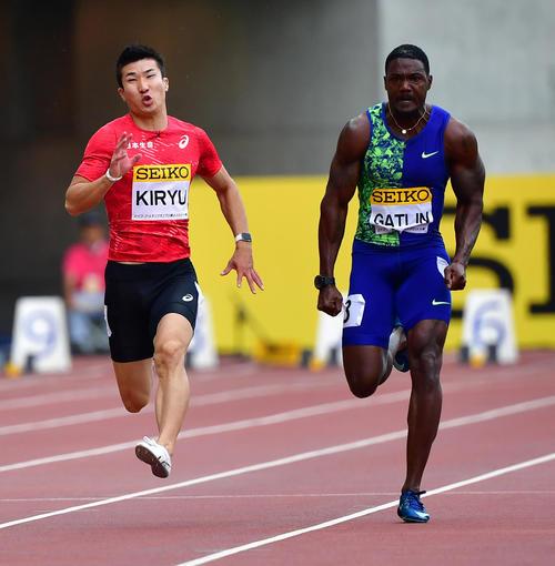男子100メートル レースで競る桐生祥秀(左)とジャスティン・ガトリン(撮影・清水貴仁)