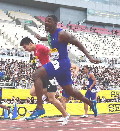 男子100メートル 10秒01で惜しくも2位となる桐生祥秀(奥)、1位は10秒00のジャスティン・ガトリン(手前)(撮影・清水貴仁)