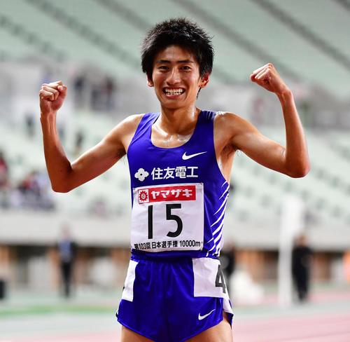 日本選手権 男子1万メートル決勝 28分13秒39で優勝し笑顔でポーズを作る田村和希(撮影・清水貴仁)