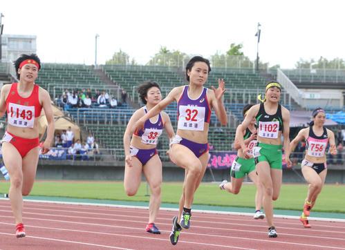 女子100メートル決勝、11秒57の好記録で優勝した恵庭北の御家瀬(中央)(撮影・浅水友輝)
