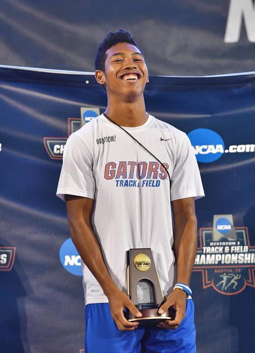 全米大学選手権の表彰式で200メートル3位の記念品を手に笑顔を見せるサニブラウン(撮影・菅敏)